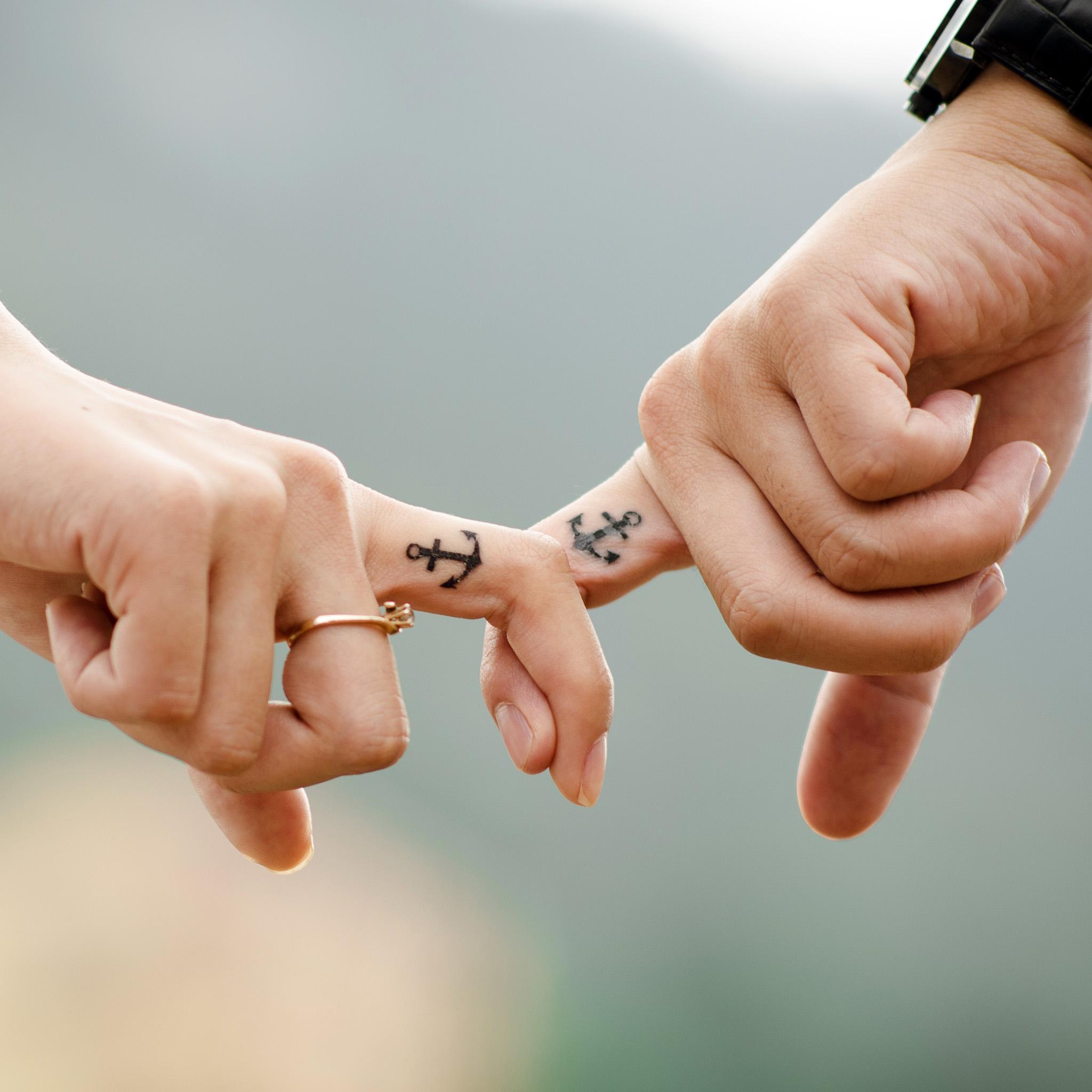 takmeomeo - couple hands ipad wallpaper